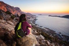 Ορειβάτης βράχου που έχει το υπόλοιπο στο ηλιοβασίλεμα Στοκ εικόνα με δικαίωμα ελεύθερης χρήσης