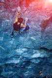 Ορειβάτης βράχου που αναρριχείται επάνω σε έναν απότομο βράχο Στοκ φωτογραφίες με δικαίωμα ελεύθερης χρήσης