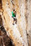 Ορειβάτης βράχου σε έναν απότομο βράχο Στοκ φωτογραφία με δικαίωμα ελεύθερης χρήσης