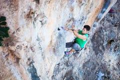 Ορειβάτης βράχου σε έναν απότομο βράχο Στοκ εικόνα με δικαίωμα ελεύθερης χρήσης