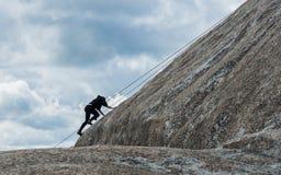 Ορειβάτης βράχου σπουδαστών στη σκιαγραφία στοκ φωτογραφία