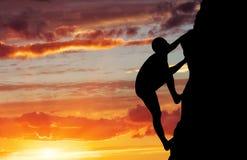 Ορειβάτης βράχου στο υπόβαθρο ηλιοβασιλέματος. Στοκ εικόνες με δικαίωμα ελεύθερης χρήσης