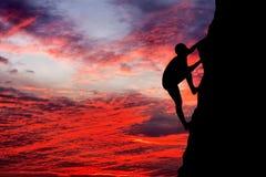 Ορειβάτης βράχου στο υπόβαθρο ηλιοβασιλέματος Στοκ εικόνα με δικαίωμα ελεύθερης χρήσης