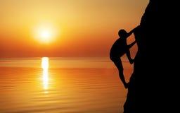 Ορειβάτης βράχου στο υπόβαθρο ηλιοβασιλέματος Στοκ φωτογραφία με δικαίωμα ελεύθερης χρήσης