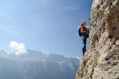Ορειβάτης γυναικών στον απότομο βράχο στοκ φωτογραφίες
