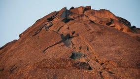 Ορειβάτης κάτω από το βουνό σε ένα σχοινί απόθεμα βίντεο