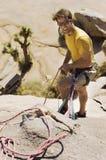 Ορειβάτης με τα σχοινιά στον απότομο βράχο Στοκ φωτογραφία με δικαίωμα ελεύθερης χρήσης