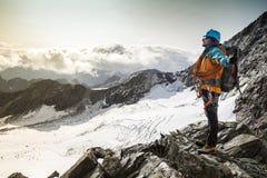 Ορειβάτης με το μεγάλο χαμόγελο στο πρόσωπό του Στοκ Φωτογραφίες