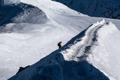 Ορειβάτης που ανέρχεται arete στον τρόπο μέχρι Aiguille du Midi με Valle Στοκ Εικόνα