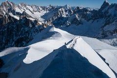 Ορειβάτης που ανέρχεται arete στον τρόπο μέχρι Aiguille du Midi Στοκ Φωτογραφία