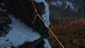 Ορειβάτης που διασχίζει το φαράγγι απόθεμα βίντεο