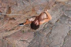 Ορειβάτης που προετοιμάζεται στη επόμενη κίνηση στο δρόμο του Στοκ φωτογραφία με δικαίωμα ελεύθερης χρήσης