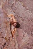 Ορειβάτης που προετοιμάζεται στη επόμενη κίνηση στο δρόμο του Στοκ Εικόνες