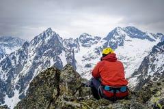 Ορειβάτης στα βουνά που εξετάζουν τα βουνά στοκ φωτογραφία