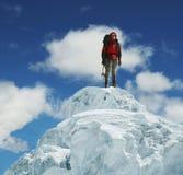Ορειβάτης στην αιχμή Στοκ Εικόνες