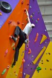 Ορειβάτης στον τεχνητό τοίχο αναρρίχησης Στοκ φωτογραφία με δικαίωμα ελεύθερης χρήσης