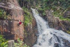 Ορειβάτης στο υπόβαθρο του όμορφου πέφτοντας απότομα καταρράκτη Datanla στην πόλη Dalat, Βιετνάμ βουνών Στοκ φωτογραφίες με δικαίωμα ελεύθερης χρήσης