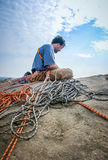 Ορειβάτης σχοινιών επάνω στο πρόσωπο βράχου στοκ φωτογραφία με δικαίωμα ελεύθερης χρήσης