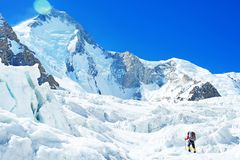 Ορειβάτης reache η κορυφή της αιχμής βουνών Ορειβάτης στον παγετώνα Επιτυχία, ελευθερία και ευτυχία, επίτευγμα στα βουνά στοκ φωτογραφία με δικαίωμα ελεύθερης χρήσης