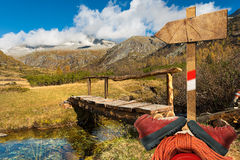 Ορειβασία - ξύλινο κατευθυντικό σημάδι Στοκ εικόνα με δικαίωμα ελεύθερης χρήσης