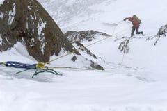 Ορειβατών βουνών από ένα βουνό στο Περού στο άσχημο καιρό Στοκ Εικόνα