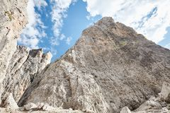 Ορειβατών βουνών κάτω από τον απότομο βράχο Στοκ εικόνα με δικαίωμα ελεύθερης χρήσης
