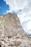 Ορειβατών βουνών κάτω από τον απότομο βράχο Στοκ Εικόνες