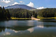 Ορεινή λίμνη με την αντανάκλαση Στοκ Εικόνες