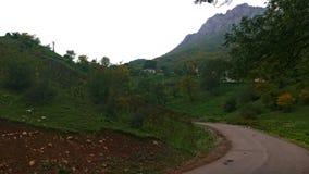Ορεινός δρόμος ασφάλτου - του χωριού είσοδος στοκ φωτογραφία με δικαίωμα ελεύθερης χρήσης