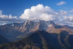 Ορεινό τοπίο Svaneti με μέγιστο Ushba στα σύννεφα Στοκ Εικόνες
