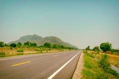 Ορεινό υπόβαθρο δρόμων και ουρανών στοκ φωτογραφία με δικαίωμα ελεύθερης χρήσης