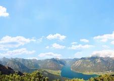 Ορεινό υπόβαθρο τοπίων και μπλε ουρανού με τα σύννεφα Στοκ Εικόνες
