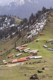 Ορεινό χωριό με τις ζωηρόχρωμες στέγες στους υψηλούς λόφους Στοκ φωτογραφία με δικαίωμα ελεύθερης χρήσης