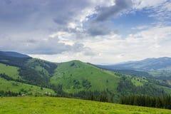 Ορεινό χωριό που διασκορπίζεται στις κλίσεις της κοιλάδας Carpathians στοκ εικόνες