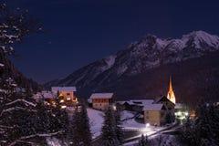 Ορεινό χωριό στα αυστριακά όρη τη νύχτα στοκ φωτογραφία