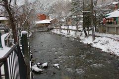 Ορεινό χωριό στον ποταμό στοκ εικόνες