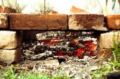 Ορειχαλκουργός τούβλων με τους καμμένος άνθρακες Στοκ εικόνες με δικαίωμα ελεύθερης χρήσης