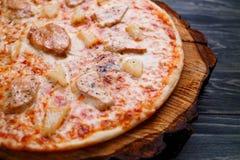 ορεκτικά ιταλικά τρόφιμα Καυτή ψημένη πίτσα με το κοτόπουλο και το πεύκο Στοκ εικόνες με δικαίωμα ελεύθερης χρήσης
