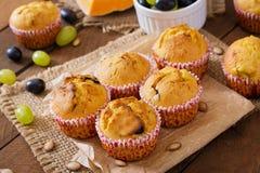 Ορεκτικά και κατακόκκινα muffins με την κολοκύθα Στοκ Εικόνες
