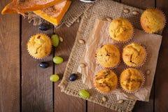 Ορεκτικά και κατακόκκινα muffins με την κολοκύθα Στοκ Εικόνα