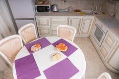 Ορεκτικά να δειπνήσει στον πίνακα σε μικρό τρώω-στην κουζίνα Στοκ φωτογραφίες με δικαίωμα ελεύθερης χρήσης