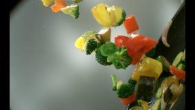 Ορεκτικά τηγανητά λαχανικών σε ένα τηγανίζοντας τηγάνι απόθεμα βίντεο
