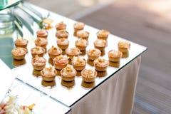 Ορεκτικά, τρόφιμα δάχτυλων, τρόφιμα κομμάτων, ολισθαίνοντες ρυθμιστές Καναπεδάκια, tapas εξυπηρετούμενο καφές πεζούλι θερινών πιν Στοκ εικόνα με δικαίωμα ελεύθερης χρήσης