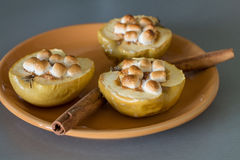 Ορεκτικά ψημένα μήλα με το τυρί, την κανέλα και marshmallows εξοχικών σπιτιών Στοκ Εικόνα