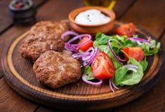 Ορεκτικές cutlet κρέατος και σαλάτα ντοματών Στοκ φωτογραφίες με δικαίωμα ελεύθερης χρήσης