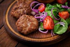Ορεκτικές cutlet κρέατος και σαλάτα ντοματών Στοκ Εικόνα