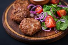 Ορεκτικές cutlet κρέατος και σαλάτα ντοματών Στοκ φωτογραφία με δικαίωμα ελεύθερης χρήσης