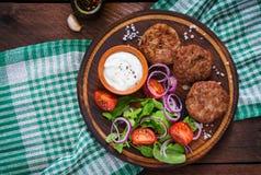 Ορεκτικές cutlet κρέατος και σαλάτα ντοματών Στοκ Φωτογραφίες