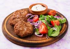 Ορεκτικές cutlet κρέατος και σαλάτα ντοματών Στοκ Εικόνες