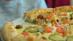Ορεκτική πίτσα για το μεσημεριανό γεύμα απόθεμα βίντεο